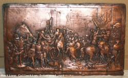 Splendide plaque de cuivre rouge repousse qui represente soit la bataille d'Ivry soit les bourgeois de Callais